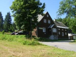 Unsere Pension und Gaststätte befindet sich im ehemaligen Forsthaus von Tellerhäuser. In diesem historischen Gebäude aus dem Jahr 1768 wurde am 5 April 1838 die Gemeinde Tellerhäuser gegründet. Bis zum Anfang dieses Jahrhundert diente das Haus als Forstamt.